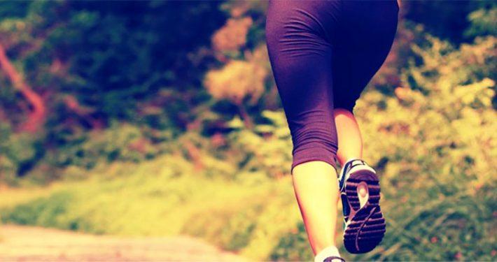 eine läuferin joggt durch den Wald
