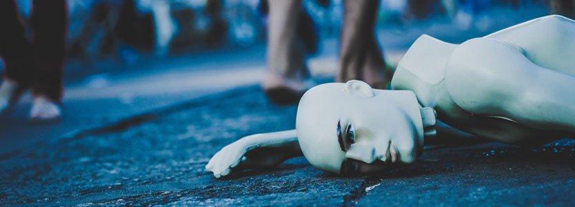 Mensch liegt erschöpft auf dem Boden