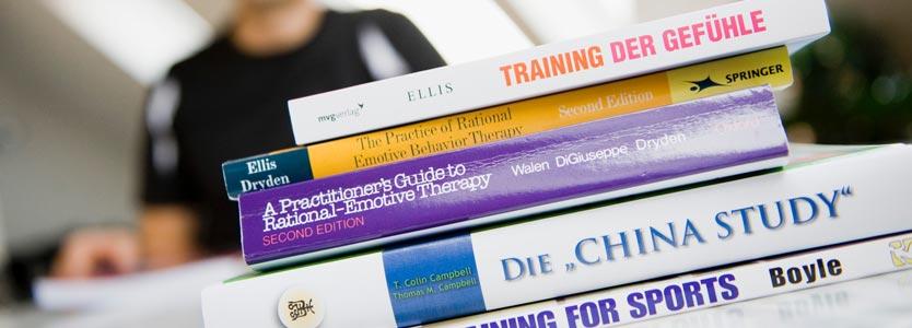 Dr. Daniel Holzinger mit Fachbüchern: Über den Sinn des Coachings