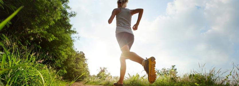 Frau läuft im Wald: Trainingsbasis aufbauen durch-Spiroergometrie Trainingsplanung