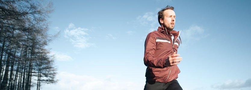 Läufer macht Ausdauertraining für Halbmarathon
