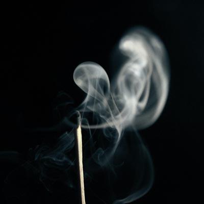 Ausgebranntes Streichholz raucht nur noch