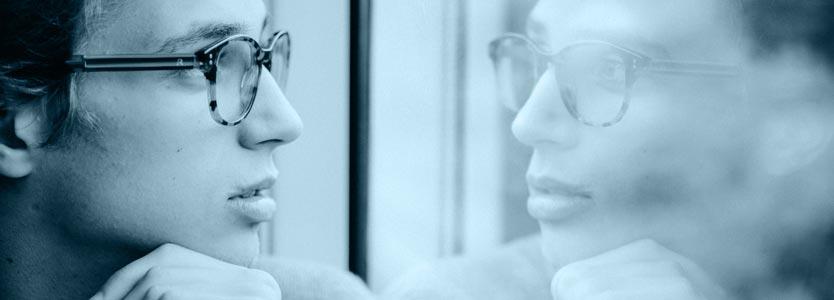 Mann denkt nach. Er lernt in der Verhaltenstherapie, wie seine Gedanken sein Verhalten beeinflussen.