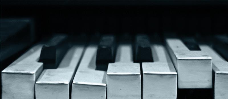 Kaputtes Klavier als Symbol für emotionale Blockaden. Diese sind Teil der Effizienzblockaden.