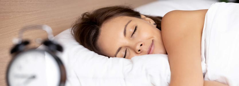 Frau schläft selig. Dank Coaching kann sie endlich wieder durchschlafen.