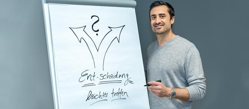 Dr. Daniel Holzinger zeichnet den Weg zur Entscheidungsfindung im Coachingauf