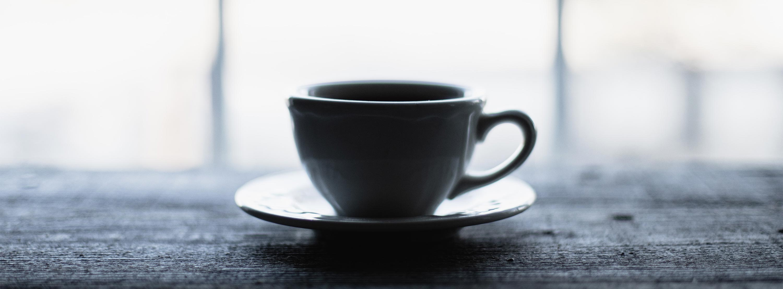 Eine Tasse Tee symbolisiert die Ruhe, die durch autogenes Training und Entspannungstraining erzielt werden kann