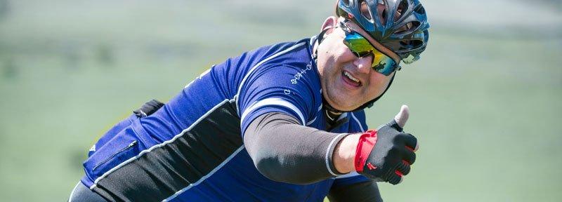 erfolgreich abnehmen; übergewichtiger Mann auf Fahrrad
