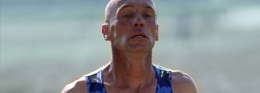 erschöpfter marathonläufer auf halber Strecke