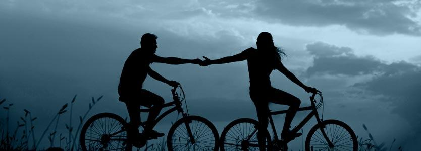 Frau reicht Mann eine helfende Hand. Eines der häufigen Fragen zum Coaching ist, wer einen Coach braucht.