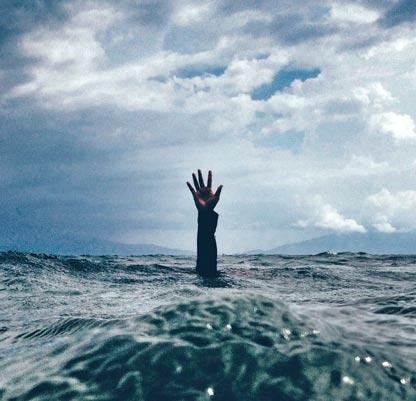 Mann ertrinkt im Meer: so fühlt sich Burnout an