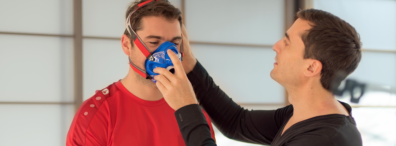 Nutzen der Spiroergometrie; Dr. Holzinger stellt die Atemmessung beim Probanden ein.