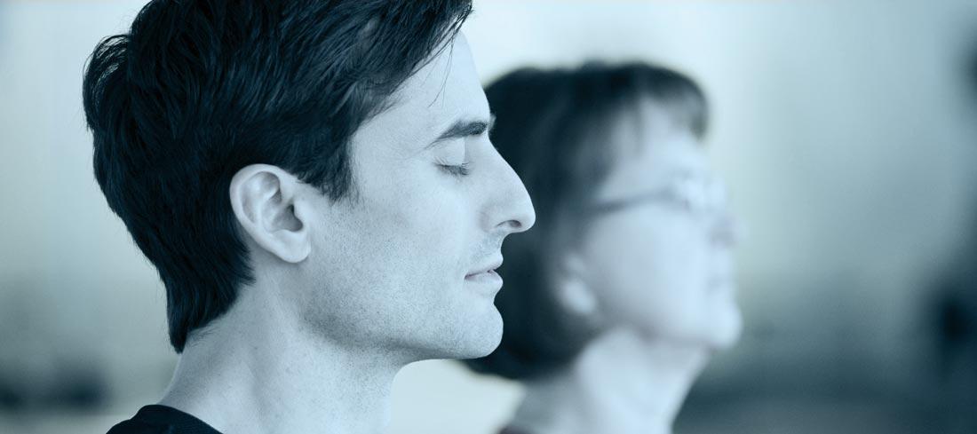 Dr. Daniel Holzinger bei der Meditation; eine gutes Entspannungstraining als Alternative zu autogenem Training