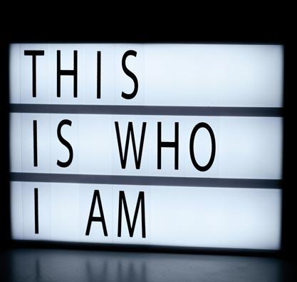 """Leuchtkasten mit Text """"This is who I am"""". Durch echte Selbsterkenntnis das Selbstbewusstsein stärken."""