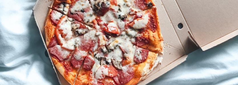 Pizzaschachtel. Wer unter Schlafstörungen leidet, isst mehr.