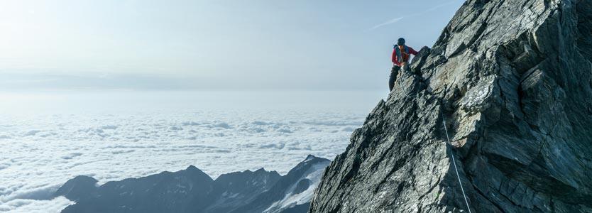 Bergsteiger am Seil: Verhalten und Denken zu verändern, bedeutet harte Arbeit.