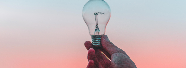 Hand und Glühbirne; in der Verhaltenstherapie zählen das Denken und das Verhalten.
