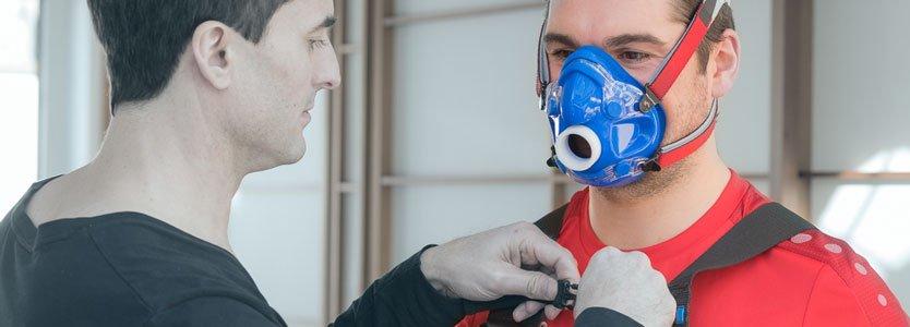 Daniel Holzinger zieht seinem Kunden die Atemmaske in Vorbereitung für die Leistungsdiagnostik auf.